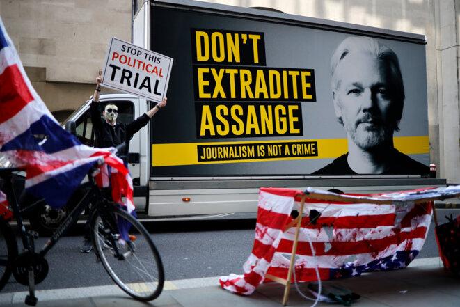 Des manifestants devant la cour criminelle centrale de Londres, le 14 septembre. © AFP