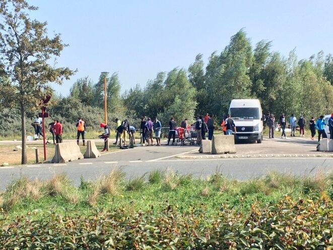 La zone du Virval, près de la « hospital jungle » à Calais, lors d'une distribution d'eau de l'association La vie active, mandatée par l'État. © NB
