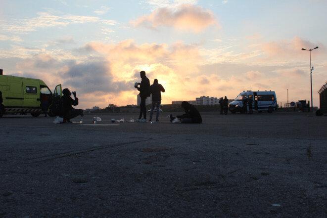 Depuis l'arrêté préfectoral du 10 septembre, l'Auberge des migrants et le Calais Food Collective distribuent leurs repas quai de la Colonne, dans le centre-ville. Mais la police vient chaque soir pour tenter de les interrompre. © NB