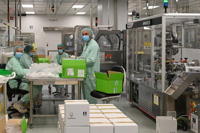 En un laboratoire italiano de AstraZeneca. © AFP