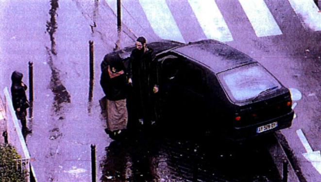 Boubakeur el-Hakim, visage caché, s'apprête à rejoindre Chérif Kouachi, lors d'une surveillance policière le 7 janvier 2011. © DR