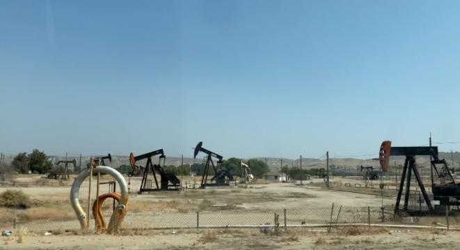 Des puits de pétrole dans la Kern River Oil Field. © PN