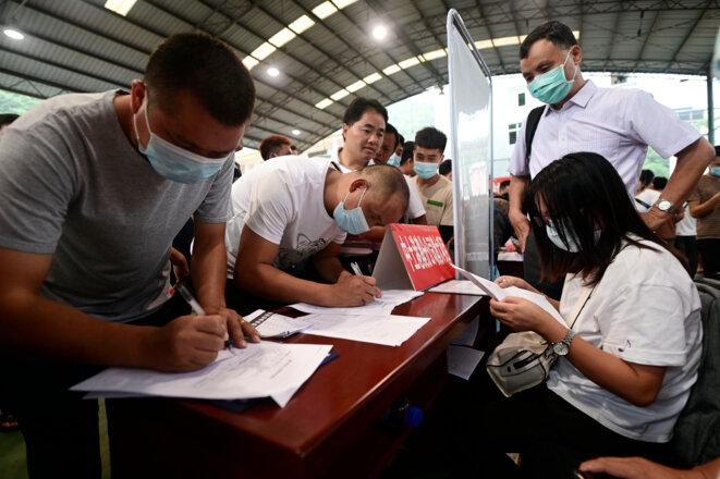 Un salon de l'emploi le 20 août à Conjiang, dans le sud-ouest de la Chine. © STR/AFP