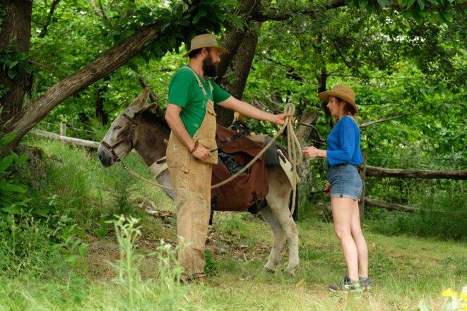 - Laure Calamy (Antoinette Lapouge) et dans le rôle de l'âne : Patrick - © - Laure Calamy (c) Julien Panié -