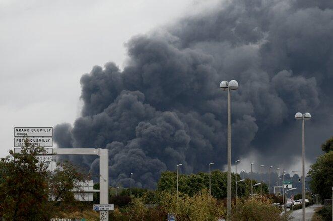 Panache de fumée de l'incendie de Lubrizol, depuis Sotteville-lès-Rouen, le 26/09/19 (Philippe Lopez/AFP).