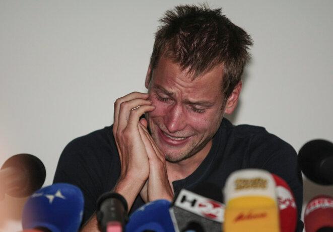 Alex Schwazer, en larmes, lors de la conférence de presse qu'il donne en 2012 et lors de laquelle il reconnaît s'être dopé. © AFP