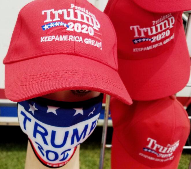Des casquettes et des masques pro-Trump. © Gilbert Mercier/Flickr
