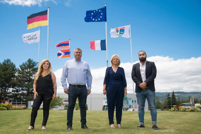 Marlène Mourier (troisième en partant de la gauche), maire de Bourg-lès-Valence, devant le drapeau du Haut-Karabagh. © Compte Facebook