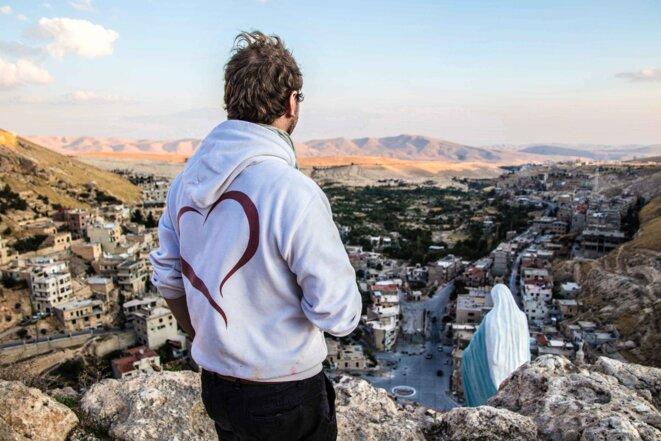Un volontaire de SOS Chrétiens d'Orient sur les hauteurs de Maaloula en mai 2020. © Facebook