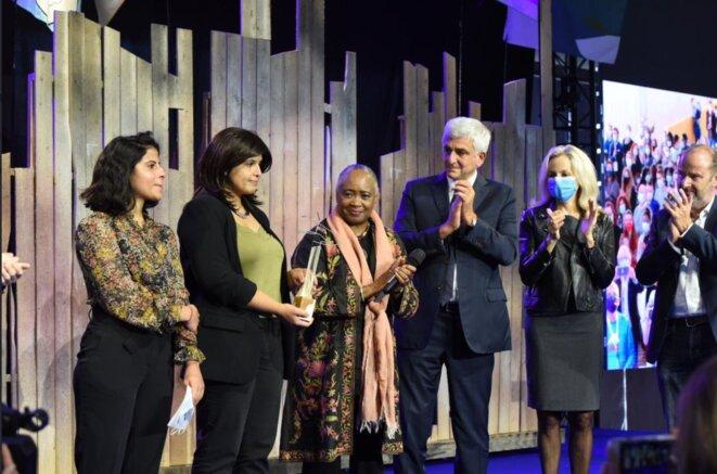 3e édition du Forum mondial Normandie pour la Paix : Lina et Alia recevant le Prix Liberté, en présence de Barbara Hendricks, marraine du Forum, et d'Hervé Morin, président de la Région Normandie