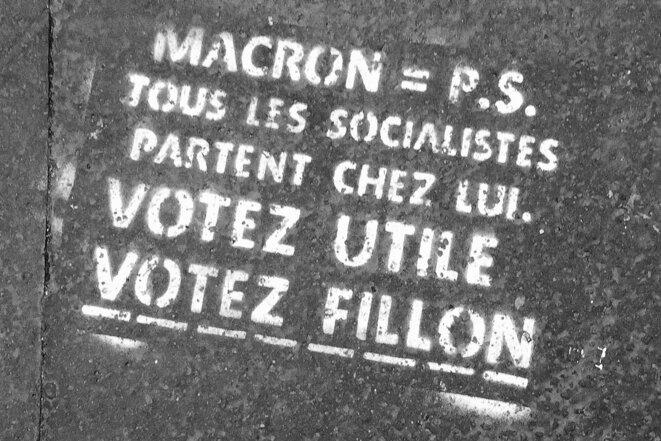 Pochoir anti-Macron et pro-Fillon sur un trottoir parisien (inscription antérieure au 1er tour de la présidentielle de 2017: photo prise le 6 mai 2017). © «Lorie Shaull»/Wikimedia Commons, lic. CC-BY-SA int. 4.0.