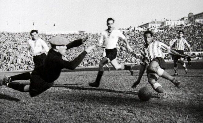 Larbi Benbarek sous les couleurs de l'Atlético de Madrid, lors d'une opposition face à l'Eintracht Frankfurt en 1950