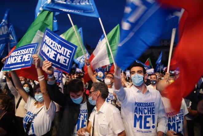 Des partisans de Matteo Salvini arborent des pancartes et des tee-shirts «Processate anche me» («Intentez-moi un procès à moi aussi!») lors d'un meeting à Catane, vendredi. © CD