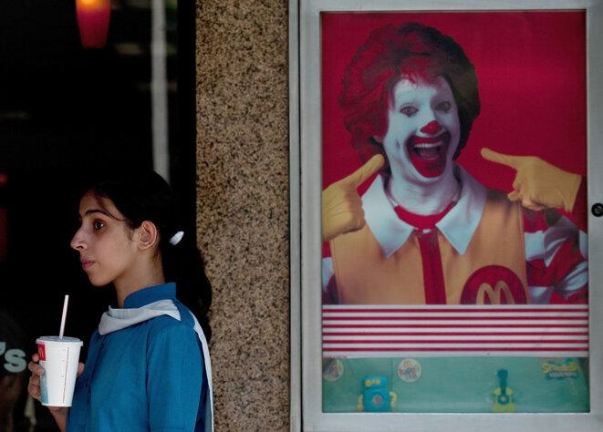 """""""On me disait tout le temps de sourire, et je ne pense pas qu'on le demandait aux garçons"""", affirme Jennifer, ancienne équipière polyvalente au McDonald's de Grenade-sur-Garonne. MANAN VATSYAYANA / AFP"""