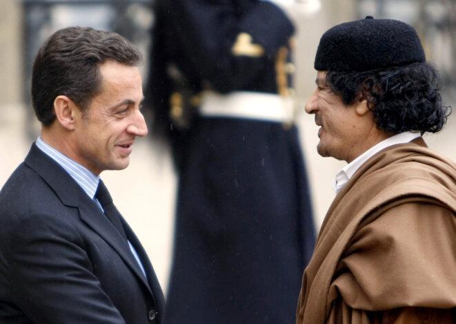 Nicolas Sarkozy et Mouammar Kadhafi, le 10 décembre 2007, à Paris. © FRANCK FIFE / AFP