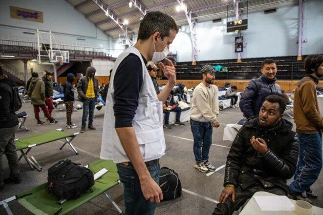 Dans ce gymnase parisien, des équipes de MSF étaient en charge d'identifier les personnes présentant les symptômes du Covid-19 et d'évaluer leur état de santé. © Agnès Varraine-Leca / MSF