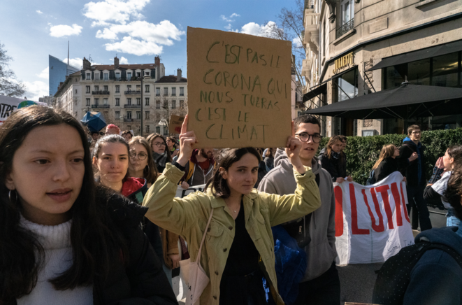 Quelques centaines d'étudiants se sont rassemblés en fin de matinée sur la place Jean-Mace pour une marche contre le changement climatique à Lyon jusqu'à Charpennes. © Xeuhma / Hans Lucas / Hans Lucas via AFP