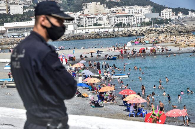 Un policier surveille une plage le 15 aout, dans la banlieue d'Alger. © AFP