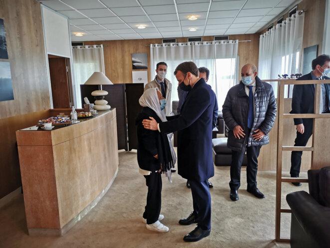 .Sophie Pétronin lors de son arrivée à Villacoublay avec le président français Emmanuel Macron. © AF