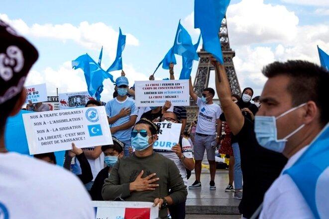 Des membres de la communauté ouïghoure et des sympathisants manifestent contre le traitement réservé par la Chine à la minorité ethnique à Paris en août. (Adnan Farzat / NurPhoto / Getty)