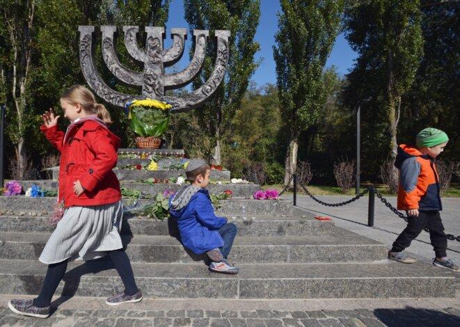 Des enfants au mémorial de Babi Yar, le 29 septembre 2017, lors d'une cérémonie. © Genya Savilov/AFP
