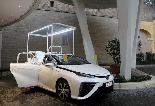 """La papamobile est une Mirai de Toyota (""""Mirai"""" signifie """"futur"""" en japonais)"""