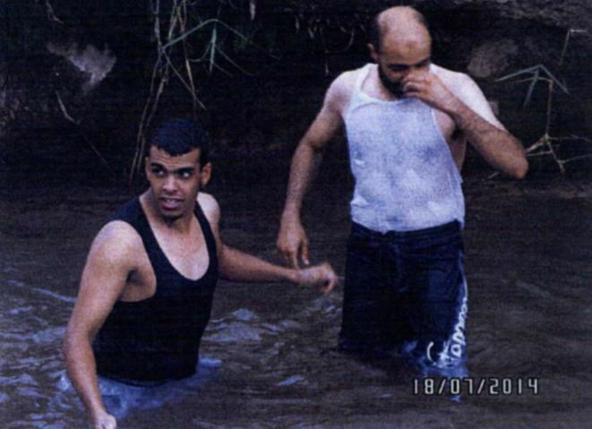 Sid-Ahmed Ghlam avec un proche se baignant dans une rivière dans les environs de Tiaret. © DR