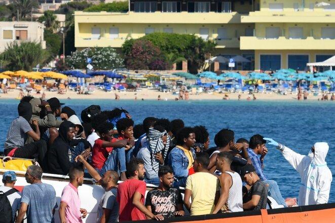 Des migrants arrivés sur les côtes italiennes, le 1er août 2020. © Alberto Pizzoli/AFP