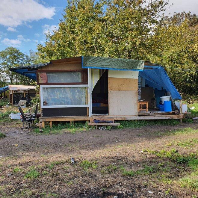 Une cabane autoconstruite sur le campement. © Cyril Hanappe