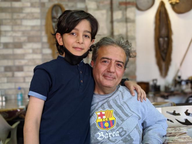 Hovig et son fils Hovhannes dans leur café à Stepanakert. © David Ghahramanyan