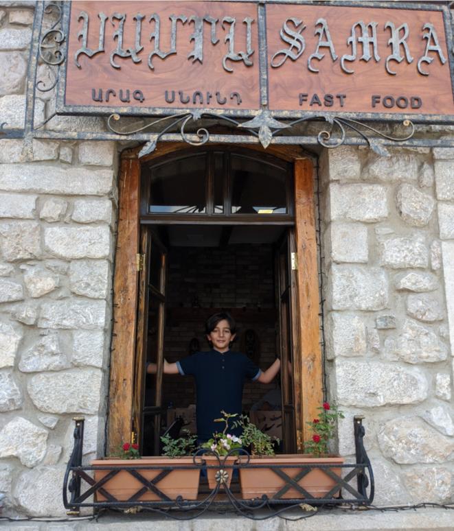 Le petit Hovhannes à la fenêtre du café © David Ghahramanyan