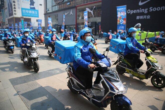 Des livreurs en avril 2020 dans la ville de Shenyang. © Chen Hongbo/IMAGINECHINA/AFP