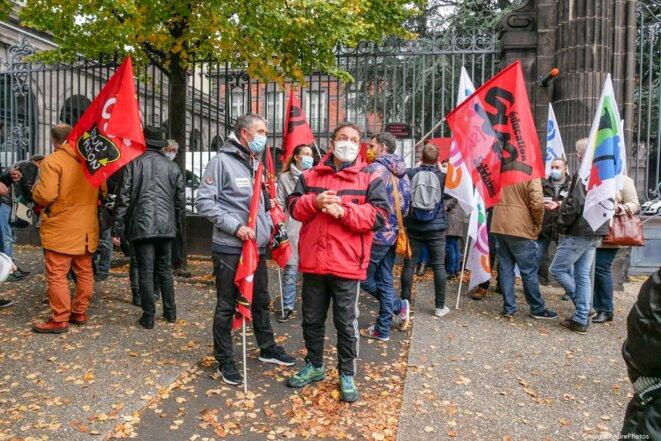 Des manifestants devant les grilles du rectorat © Georges-André