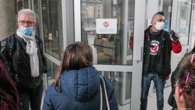 Will, à la porte, côté sortie et son avocat © Georges-André
