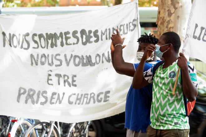 Manifestation contre les tests osseux pour les mineurs non accompagnés à Toulouse. © ALAIN PITTON / NURPHOTO / NURPHOTO VIA AFP