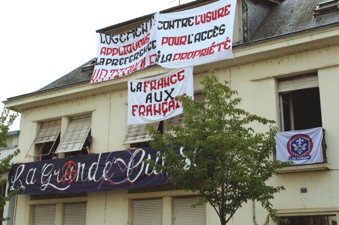 """Lors de l'occupation de l'immeuble, évacué le 29 septembre 2020. D'après le collectif """"La Grande Ours"""" (marqué à gauche), leur banderole, qui apparaît sur la façade, avait été volée par des militants d'extrême droite. © Compte Facebook public de Jean-Eudes Gannat."""