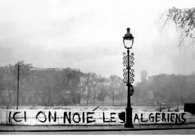 Trois semaines après le 17 octobre 1961, un graffiti « Ici, on noie les Algériens » dénonce le massacre. Effacé par les autorités, il ne reste de lui qu'un photo devenue iconique qui ne sera publiée que 24 ans après © Jean Texier