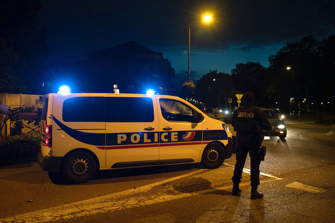 Des policiers sur les lieux où le terroriste a été abattu, à Eragny © AFP