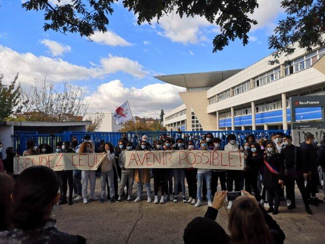 Rassemblement du jeudi 15 octobre devant le lycée Charles De Gaulle à Rosny Sous Bois © J.M. Delarbre