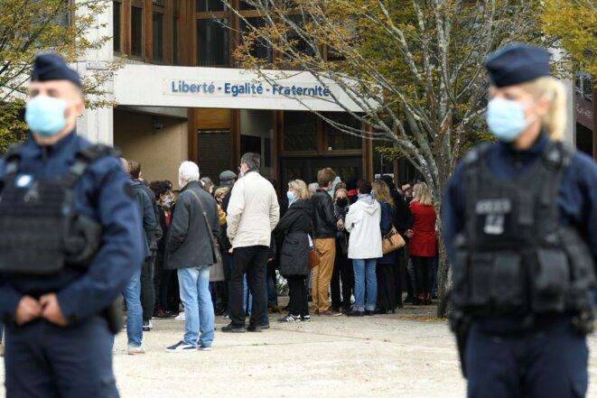 Devant le collège du Bois-d'Aulne à Conflans-Sainte-Honorine le 17 octobre © Bertrand GUAY / AFP