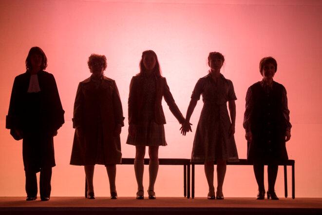 Autour de Marie-Claire et Michèle Chevalier, au centre, la collègue et amie, Mme Duboucheix (à gauche, jouée par l'extraordinaire Danièle Lebrun, Simone de Beauvoir également), et Mme Bambuck, la faiseuse d'anges, magistralement interprétée par Martine Chevallier (aussi Marie-Claire à 60 ans). À Droite, Gisèle Halimi (l'énergique Françoise Gillard). © © Brigitte Enguérand, 2019