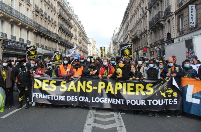 Rue La Fayette à Paris, lors de la marche nationale des sans-papiers le 17 octobre 2020. © NB