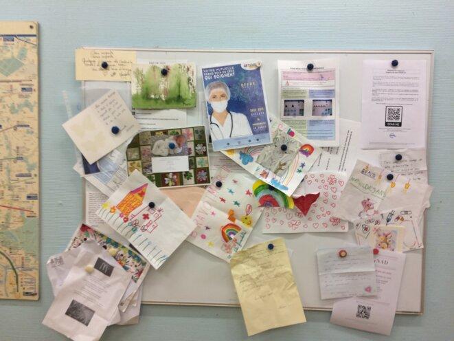 Des lettres de remerciement accrochées dans le service. © JC