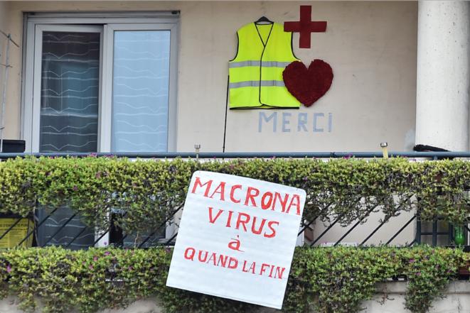 Pancarte accrochée à un balcon toulousain, le 1er mai 2020. © REMY GABALDA / AFP