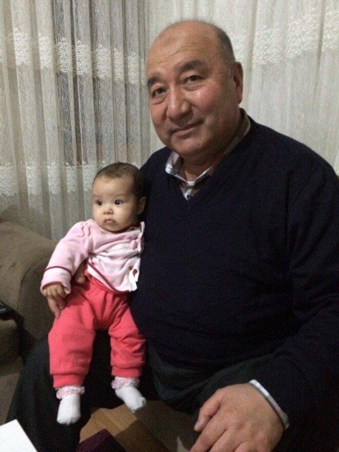 Abdulghafur Hapiz avec sa petite-fille, la nièce de Fatimah, à Istanbul en 2016. (Photo fournie par Fatimah Abdulghafur)