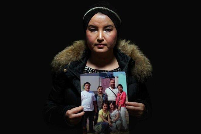 Fatimah Abdulghafur pleure son père, décédé au Xinjiang en 2018. Il a fallu près de deux ans avant qu'elle ne le découvre. (ABC News: Ron Foley)