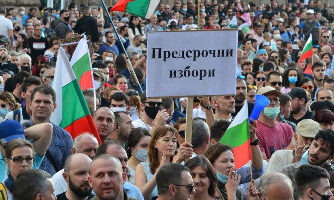 Rassemblement de manifestants à l'été 2020 à Sofia qui réclament des élections anticipées.