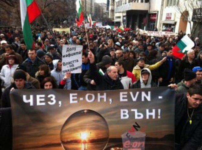 Manifestations de l'hiver 2013 contre les entreprises qui détiennent le monopole de production de l'électricité. Pancarte : « ČEZ, E.ON, EVN – dehors ! »