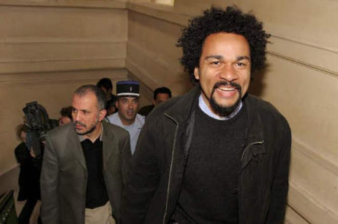 Abdelhakim Sefrioui accompagnant Dieudonné M'Bala M'Bala à l'un de ses procès, en 2005. © Archives du site antifasciste RefleXes