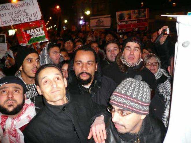 Dieudonné (au centre), Frédéric Chatillon (à droite avec le bonnet), et derrière lui Ginette Skandrani (avec lunettes et bonnet) et Axel Loustau. © Archives du site antifasciste RefleXes